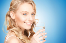 Полоскание горла солевым раствором при болезни горла