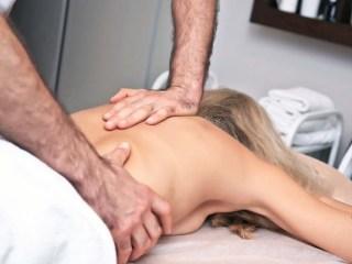 При грудном остеохондрозе очень эффективна мануальная терапия