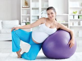 Гимнастический мяч отлично помогает при болях в спине и копчике