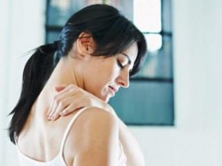 Современного человека боль вверху спины посещает часто