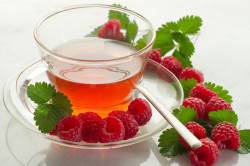Горячий чай при лечении горла