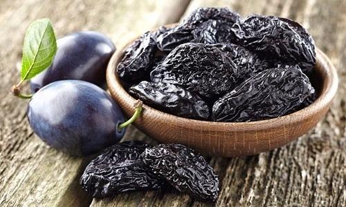 Некоторым больным панкреатитом нельзя есть чернослив, т.к. он может вызвать негативные симптомы