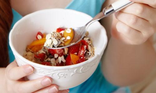 Питайтесь правильно, включите в свой рацион лук и чеснок, они являются природными противовирусными препаратами, пейте настой шиповника, ешьте побольше овощей, фруктов и свежих ягод это поможет противостоять ЦМВ