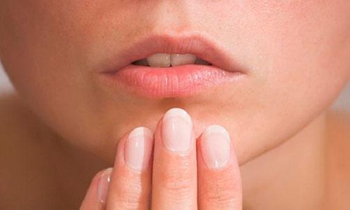 Герпес доставляет массу неприятностей и неудобств: высыпания в виде пузырьков, на губах и даже в ротовой полости долго мокнут, вызывают зуд и боль
