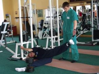 Упражнения выполняются под строгим контролем специалиста
