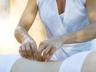 Специалист использует различные техники массажа