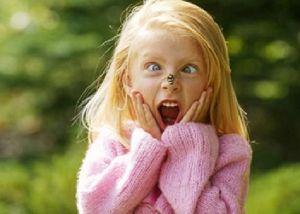 Оса напугала девочку