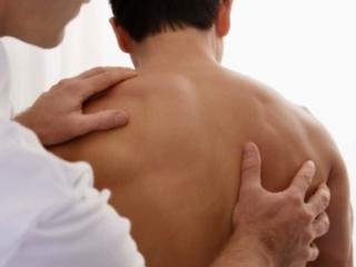 Резкая боль в области лопаток как признак корешкового синдрома