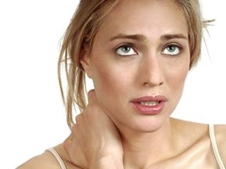Шейный остеохондроз проявляется, в первую очередь, болью