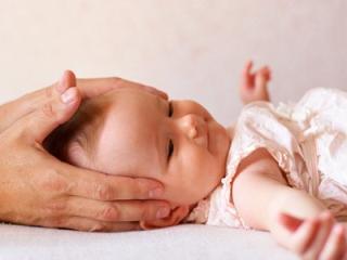 У детей остеопат лечит родовые травмы