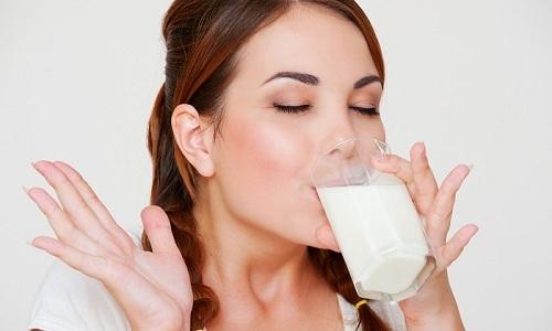 В хронической стадии ряженку включают в рацион больного, чередуя ее с другими кисломолочными продуктами