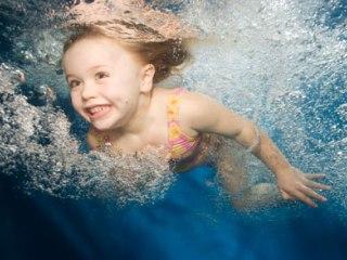 Плавание благотворно влияет на опорно-двигательную систему ребенка
