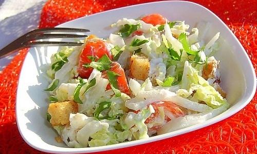 Отличный салат получится из свежего огурца, отварной телятины, вареного яйца, пекинской капусты, грецких орехов