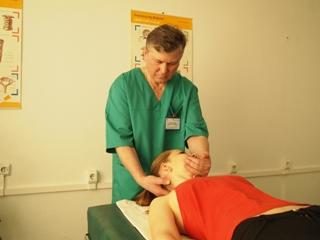 Мануальная терапия отлично помогает при остеохондрозе