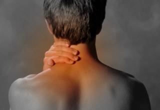 Боль в шее - только один из симптомов смещения позвонков