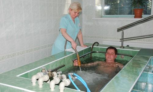 В физиотерапевтических кабинетах распространение получили аппаратные процедуры гидромассажа